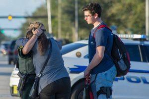 -FOTODELDIA- PAR01. PARKLAND (ESTADOS UNIDOS), 14/02/2017.- Una oficial de policía consuela a una mujer tras el tiroteo registrado hoy, miércoles 14 de febrero de 2018, en la escuela secundaria Marjory Stoneman Douglas de la ciudad de Parkland, en el sureste de Florida (Estados Unidos). Al menos 17 personas murieron hoy en Florida en un nuevo tiroteo ocurrido en una escuela en Estados Unidos, el decimoctavo en lo que va de año en centros educativos del país, en una masacre que se atribuye al exalumno de origen hispano Nikolas Cruz. EFE/GIORGIO VIERA